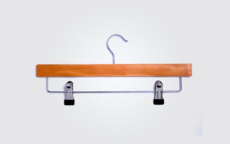 Colgador de madera 4 colgadores pl sticos for Colgadores de madera